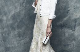 """La """"it bride"""" de Pronovias propone un look nupcial con cazadora"""