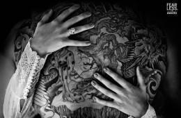Luciendo tatuaje en la boda