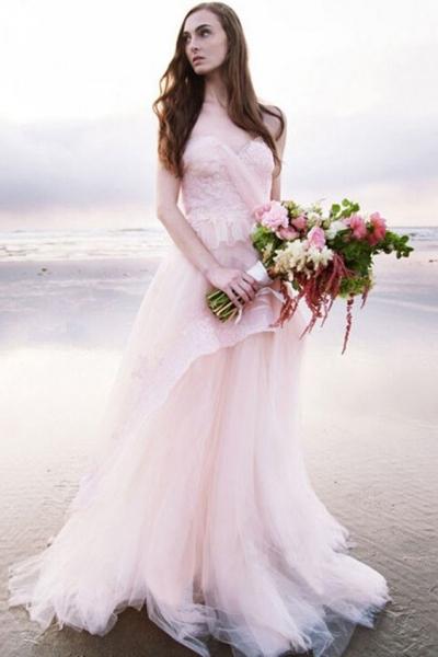 El blanco ha dejado paso a los colores pasteles en vestidos de novia