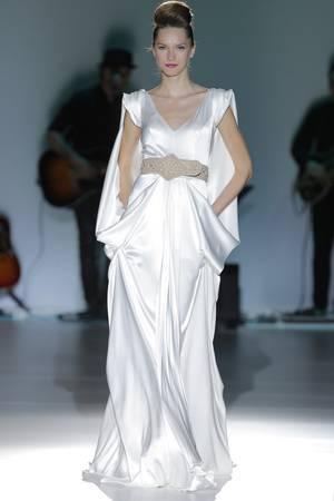 758c392554 Así es la novia que nos presenta Isabel Zapardiez en su nueva colección 2014