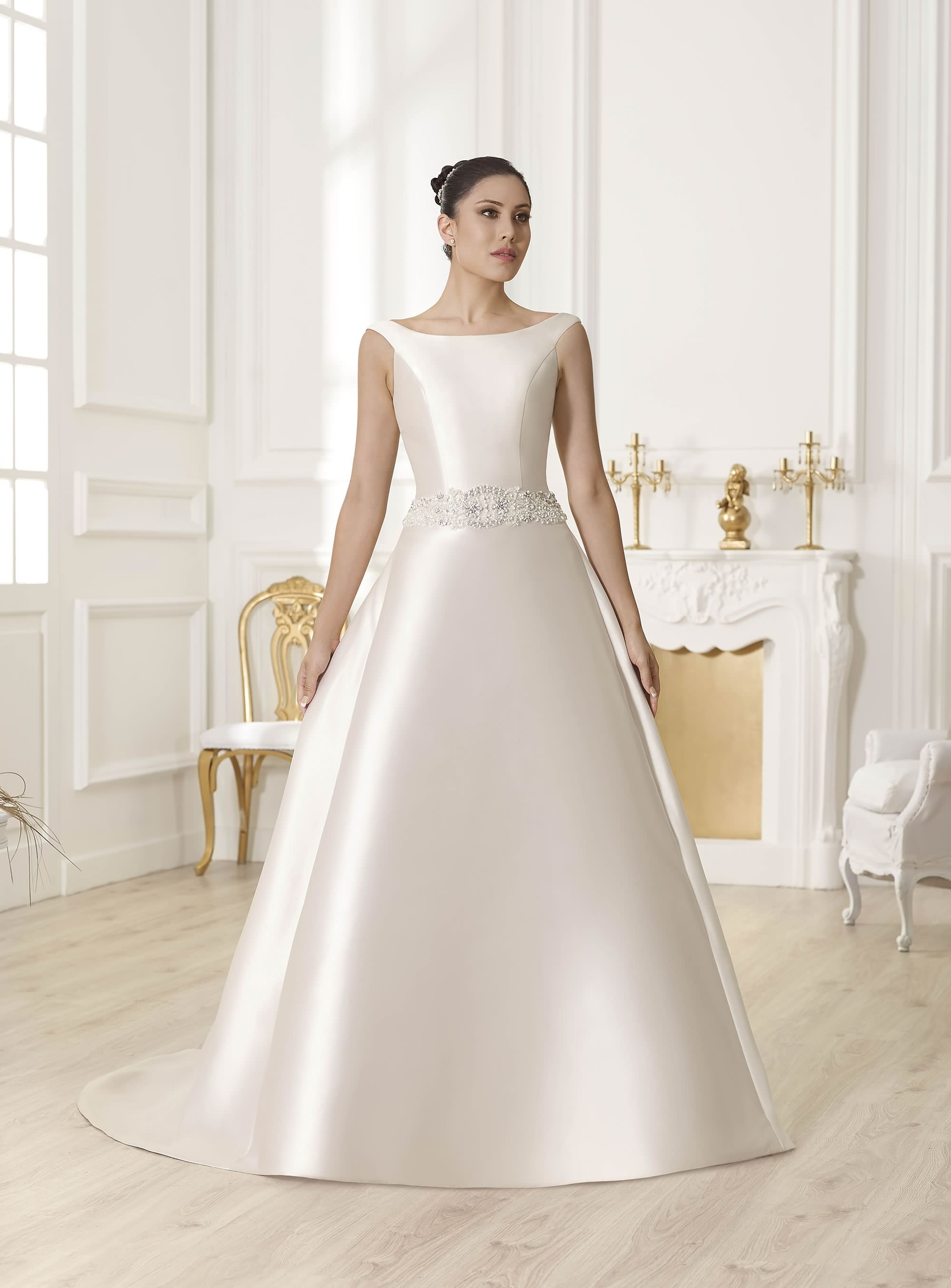 5b8c4a90d TodoBoda.com - 10 vestidos para las que buscan un escote clásico