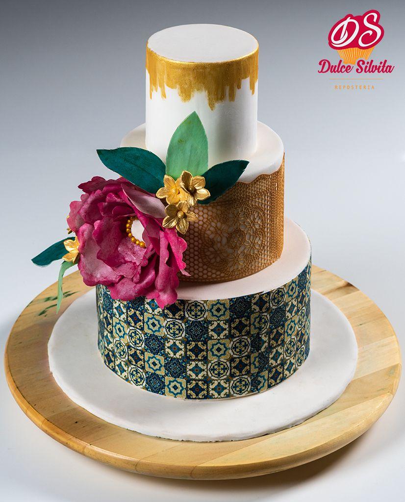 Tarta de Boda decorada con encaje comestible y flores en Wafer Paper