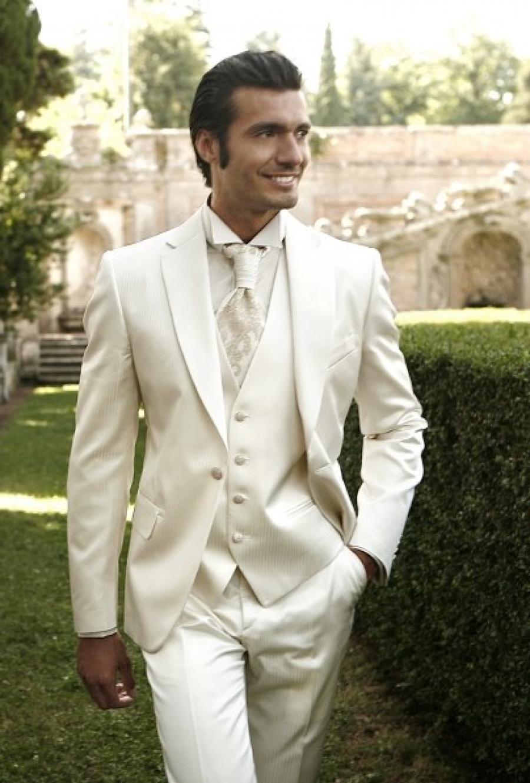 Traje de novio blanco c mo llevarlo for Trajes de novio blanco para boda